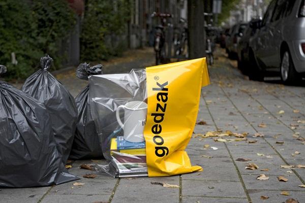 Благодаря яркому желтому цвету пакет выделяется на фоне остальных мусорных мешков и его видно издалека, так что даже самый скромный городской обитатель успеет морально подготовиться, прежде чем без лишних промедлений выхватить сокровища из центра помойки
