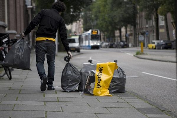 Пара голландских дизайнеров Waarmakers создали новый тип мусорного пакета, куда нужно выбрасывать только те вещи, которые еще можно использовать и которые могут кому-то понадобиться