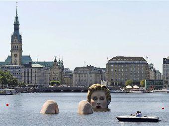 В Гамбурге появилась гигантская скульптура купающейся блондинки