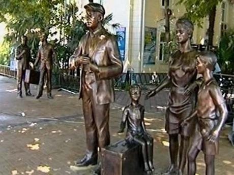 """На площади перед морским портом Сочи появился памятник героям фильма  """"Бриллиантовая рука """" ."""