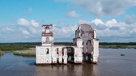 В Ярославской области на Рыбинском водохранилище из воды показались постройки города Молога, который был затоплен в 1940 году при строительстве гидроэлектростанции.